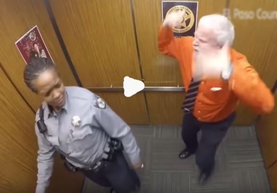 Kettesben volt a liftben két rendőr - mindent rögzített a kamera