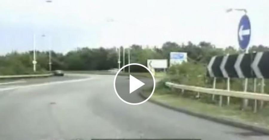 Hihetetlen: a rendőr meg akart állítani egy autót, de az belehajtott