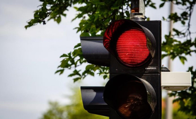 A győri autós nem vette észre, hogy piros a lámpa, miközben a zöld jelzésen három gyalogos jött át