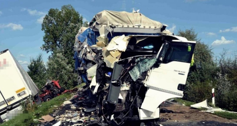 Videón rögzítették, ahogy két kamion frontálisan ütközik Kecskemétnél