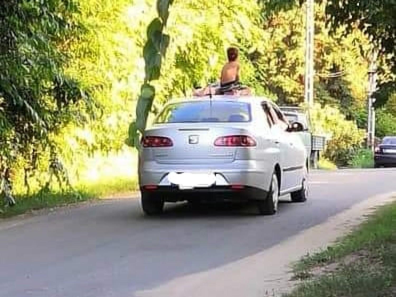 Hol hagyta az eszét? A kocsi tetején utaztattak 2 gyereket!