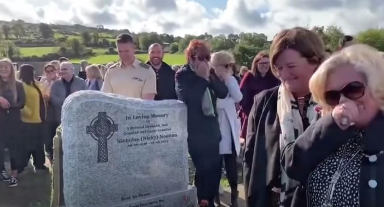 Sírás helyett mindenki könnyesre nevette magát a nagyapa temetésén