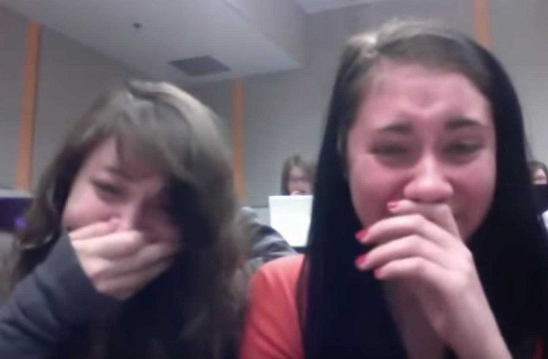 A lányok egy vicces videót akartak készíteni a mögöttük ülő srácról, de ez lett belőle!