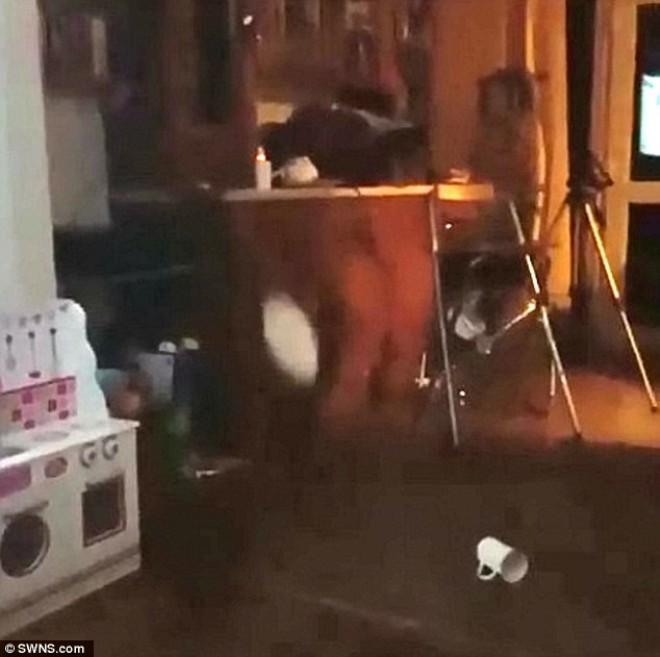 Hátborzongató videón az edényeket dobáló szellem!