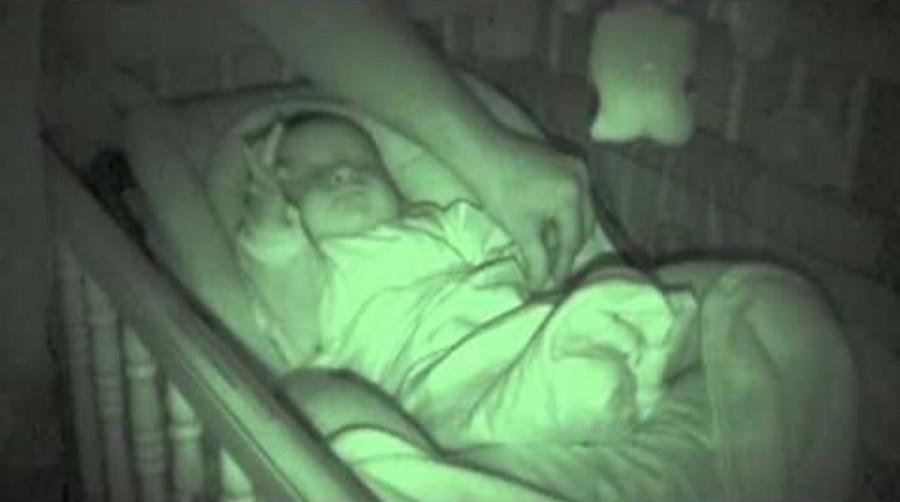 Az apa csak jót akart! Be akarta tenni a gyerek kezét a takaró alá!