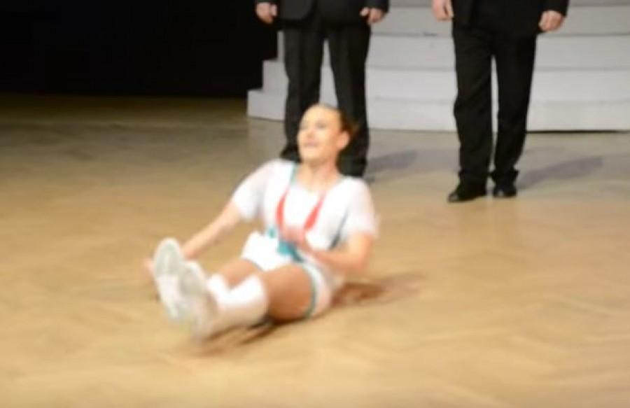 Hihetetlen mit művelt ez a magyar lány a színpadon!