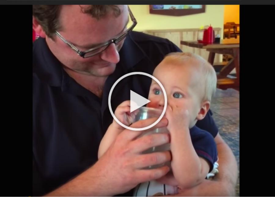 A baba most iszik először pohárból vizet, úgy tűnik ez elbűvölte!